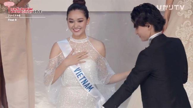 """Chuyện thú vị phía sau bộ váy trắng """"lấy may"""" mà Tường San đã mặc tại Chung kết Miss International 2019 - Ảnh 1."""