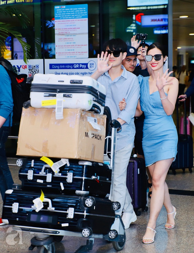 """HOT: Đông Nhi - Ông Cao Thắng xuất hiện tại sân bay về Sài Gòn trong vòng vây của """"biển"""" người hâm mộ - Ảnh 3."""