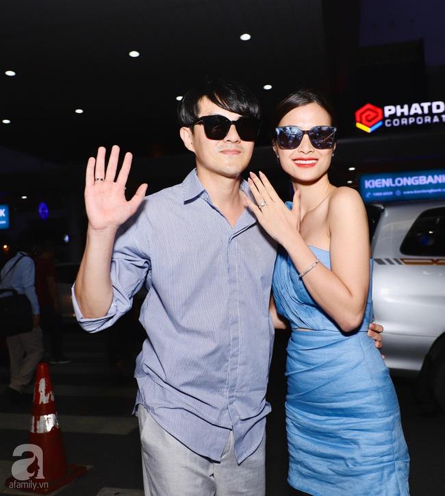 """HOT: Đông Nhi - Ông Cao Thắng xuất hiện tại sân bay về Sài Gòn trong vòng vây của """"biển"""" người hâm mộ - Ảnh 6."""