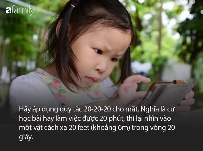 Dỗ cháu bằng cách cho xem hoạt hình trên điện thoại, ông bà vô tình khiến bé gái 3 tuổi gặp phải vấn đề về mắt nghiêm trọng - Ảnh 3.