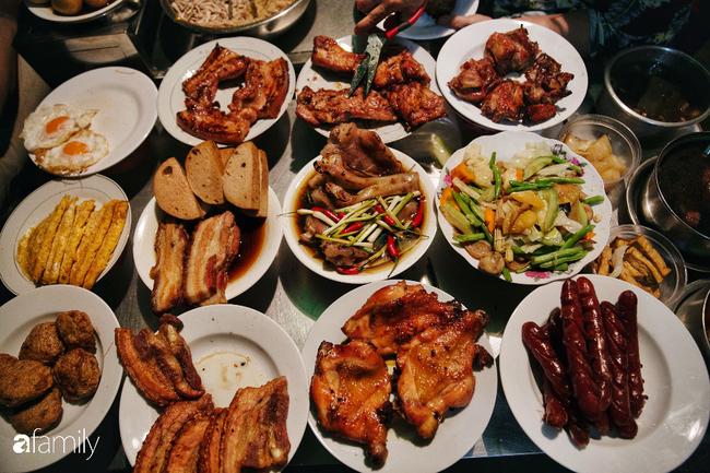 """Hàng cơm tấm... bãi rác, giá không hề rẻ nhưng sau bao năm vẫn luôn là """"bà hoàng cơm tấm đêm"""" nức tiếng khắp Sài Gòn - Ảnh 7."""