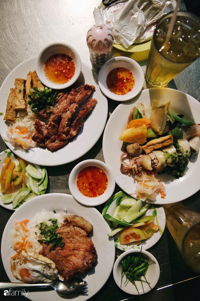 """Hàng cơm tấm... bãi rác, giá không hề rẻ nhưng sau bao năm vẫn luôn là """"bà hoàng cơm tấm đêm"""" nức tiếng khắp Sài Gòn - Ảnh 11."""