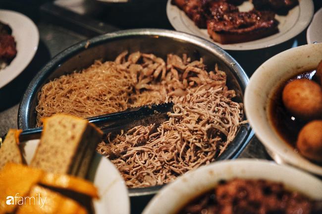 """Hàng cơm tấm... bãi rác, giá không hề rẻ nhưng sau bao năm vẫn luôn là """"bà hoàng cơm tấm đêm"""" nức tiếng khắp Sài Gòn - Ảnh 9."""