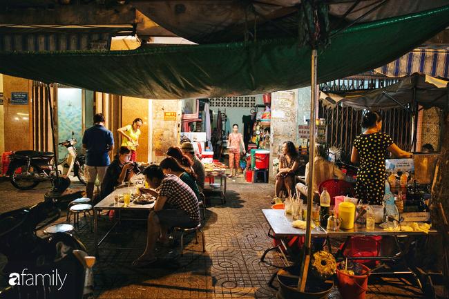 """Hàng cơm tấm... bãi rác, giá không hề rẻ nhưng sau bao năm vẫn luôn là """"bà hoàng cơm tấm đêm"""" nức tiếng khắp Sài Gòn - Ảnh 12."""