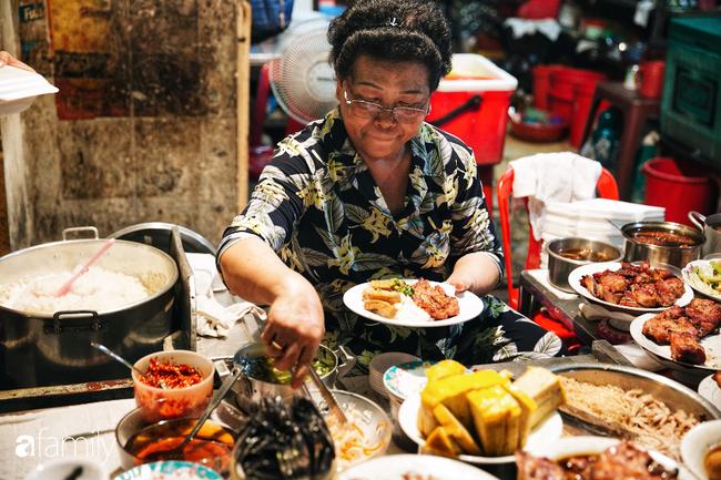 """Hàng cơm tấm... bãi rác, giá không hề rẻ nhưng sau bao năm vẫn luôn là """"bà hoàng cơm tấm đêm"""" nức tiếng khắp Sài Gòn - Ảnh 3."""