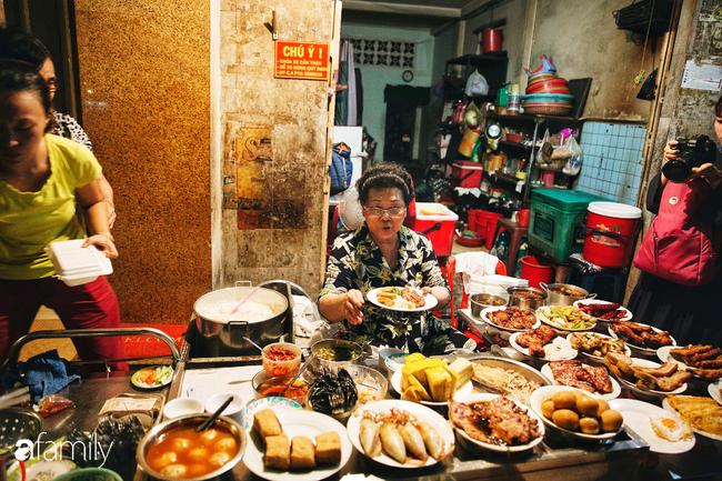"""Hàng cơm tấm... bãi rác, giá không hề rẻ nhưng sau bao năm vẫn luôn là """"bà hoàng cơm tấm đêm"""" nức tiếng khắp Sài Gòn - Ảnh 2."""