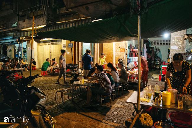 """Hàng cơm tấm... bãi rác, giá không hề rẻ nhưng sau bao năm vẫn luôn là """"bà hoàng cơm tấm đêm"""" nức tiếng khắp Sài Gòn - Ảnh 6."""