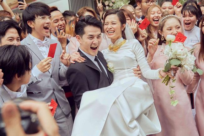 Thiệp đỏ trao tay là đau đầu ngay chuyện tiền mừng, nhưng 6 tips sau sẽ giúp bạn bỏ phong bì đám cưới một cách thông minh - Ảnh 2.
