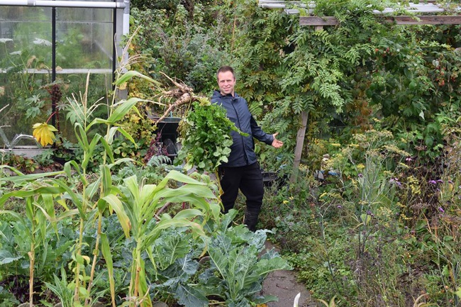 Khu vườn rau quả sạch chen chúc nhau tốt tươi của người đàn ông từ nhỏ đã mơ ước trở thành nông dân - Ảnh 9.