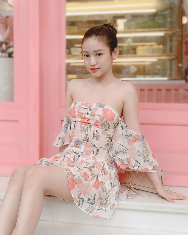 Thúy Vi bất chấp trời Hà Nội se lạnh vẫn mặc chiếc váy hoa mỏng tang nhưng bất ngờ hơn cả là bình luận của dân mạng khi nhìn thấy hot girl ngoài đời - Ảnh 1.