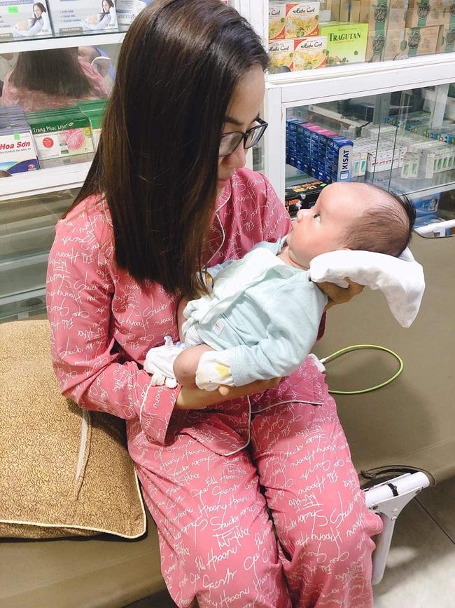Hình ảnh của mẹ Hà Ngọc và bé Ben thời điểm con được gần 1 tháng tuổi.