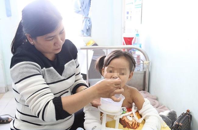 TP.HCM: Bé gái mất cha mẹ, nguy kịch trong vụ tai nạn với xe tải xuất viện với 2 cánh tay bó bột - Ảnh 3.