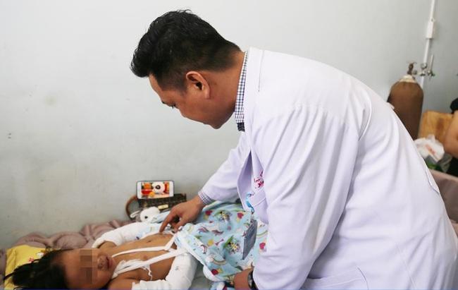 TP.HCM: Bé gái mất cha mẹ, nguy kịch trong vụ tai nạn với xe tải xuất viện với 2 cánh tay bó bột - Ảnh 2.