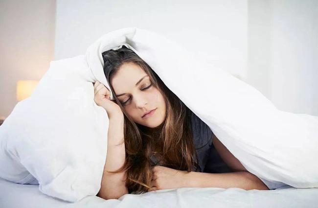Kiểu thức dậy này vào buổi sáng gây tổn thương cho cơ thể nhiều hơn thức khuya - Ảnh 1.