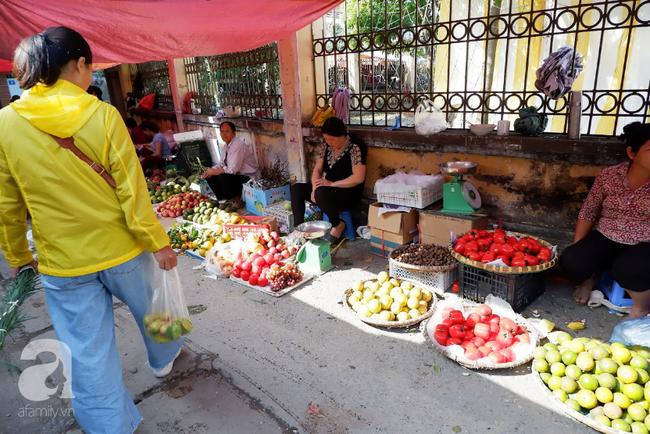 Chợ phiên trong lòng phố: Mua thực phẩm sạch với giá rẻ mà không cần bố mẹ ở quê đóng thùng nhỏ thùng to ứng cứu - Ảnh 10.