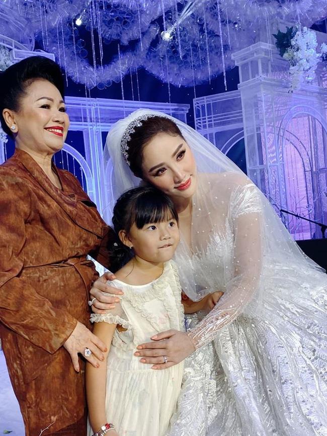 """Trầm trồ trước 3 mẫu váy cưới của Bảo Thy: Gợi cảm hết nấc, đến bồng xòe đúng chất """"Công chúa bong bóng"""" rồi lại đài các tiểu thư - Ảnh 6."""