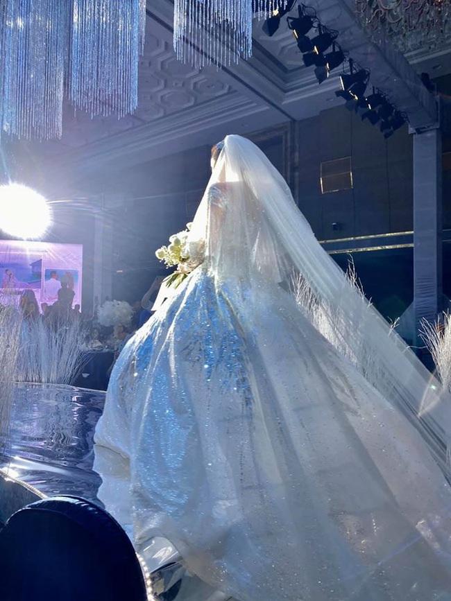 """Trầm trồ trước 3 mẫu váy cưới của Bảo Thy: Gợi cảm hết nấc, đến bồng xòe đúng chất """"Công chúa bong bóng"""" rồi lại đài các tiểu thư - Ảnh 5."""