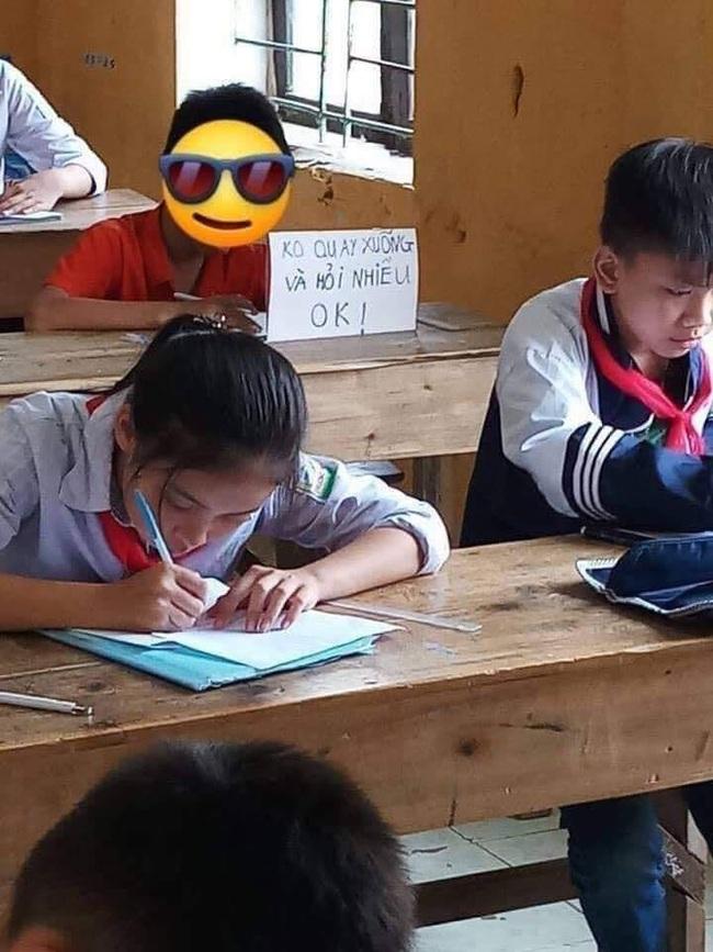 Pha xử lý gắt nhất năm: Sợ bạn hỏi bài trong giờ kiểm tra, cậu bé cấp 1 viết hẳn biển báo dựng ngay trước mặt - Ảnh 2.