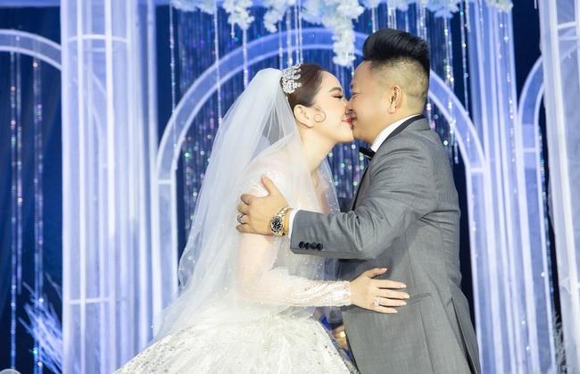 Cận cảnh khoảnh khắc cô dâu Bảo Thy khóa môi tình cảm cùng ông xã doanh nhân xứ Nghệ - Ảnh 2.