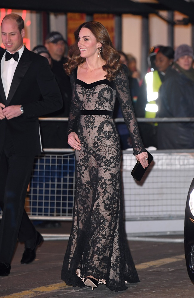 Xúng xính váy ren hở trước hở sau, Công nương Kate siêu gợi cảm nhưng vẫn chạm tới đỉnh cao của sự tinh tế - Ảnh 4.