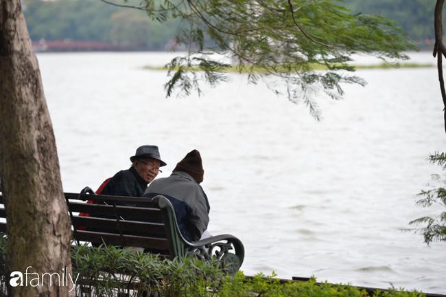 Những khoảnh khắc co ro ngày đông lạnh khiến ai cũng muốn mùa hè đừng quay trở lại, để Hà Nội mãi mát mẻ dịu dàng - Ảnh 1.