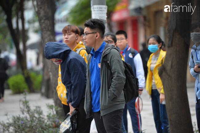 Những khoảnh khắc co ro ngày đông lạnh khiến ai cũng muốn mùa hè đừng quay trở lại, để Hà Nội mãi mát mẻ dịu dàng - Ảnh 8.