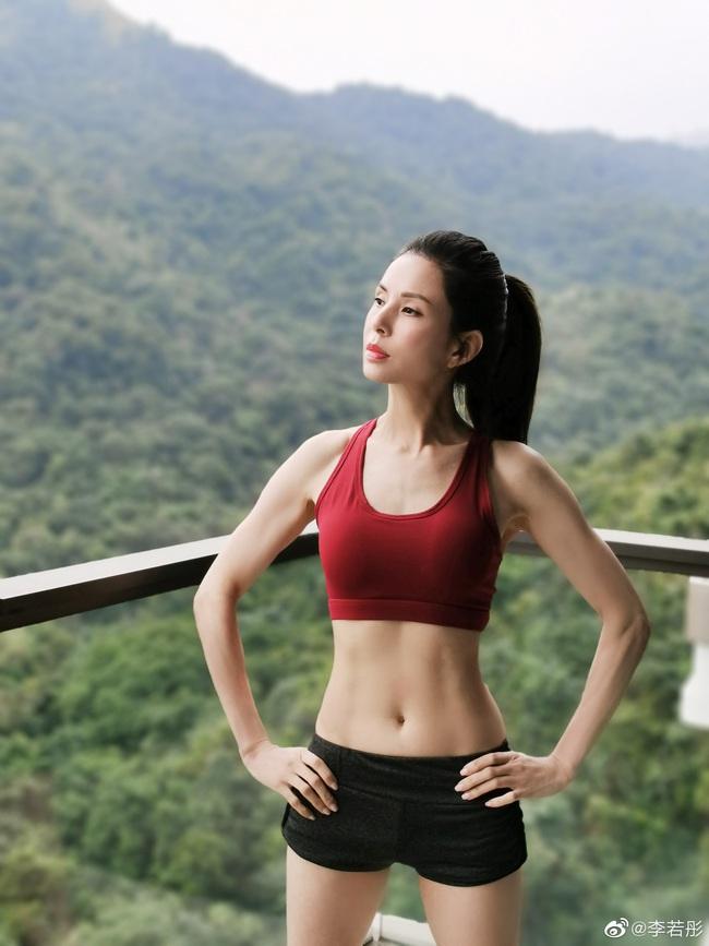 """""""Tiểu Long Nữ"""" Lý Nhược Đồng gây choáng với body săn chắc nhờ chăm tập thể dục, gái 20 cũng phải ghen tị với nhan sắc U50 này - Ảnh 1."""