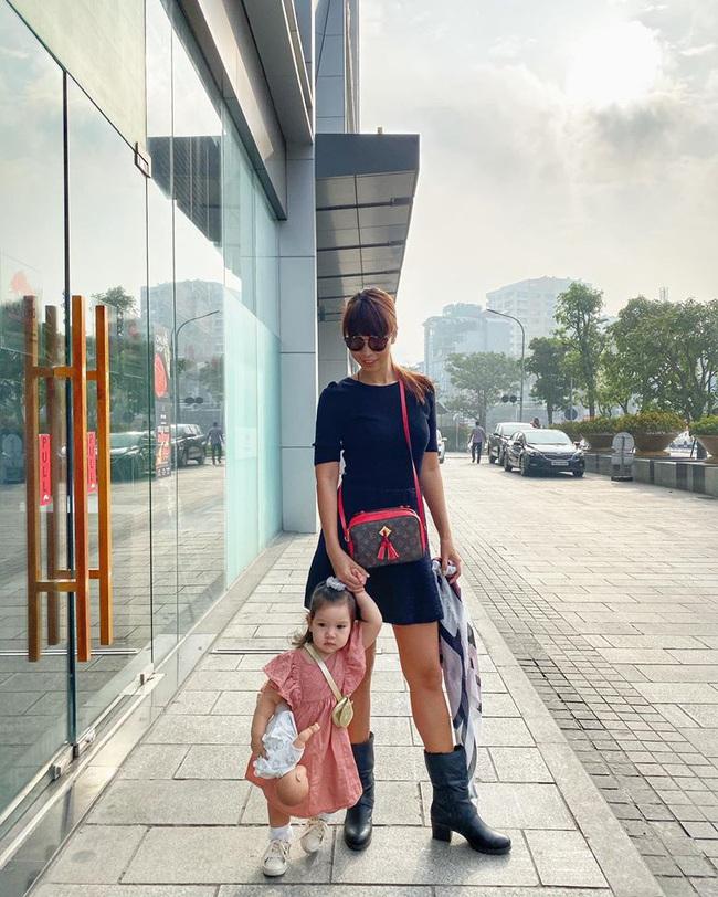 Bé Myla được mẹ Hà Anh đưa ra Hà Nội thăm quê ngoại, hội chị em phát sốt vì bên ngoài Myla còn dễ thương hơn trên MXH - Ảnh 1.
