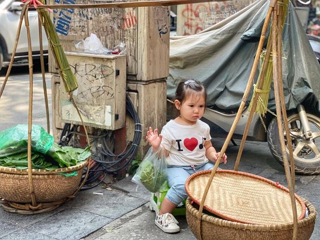 Bé Myla được mẹ Hà Anh đưa ra Hà Nội thăm quê ngoại, hội chị em phát sốt vì bên ngoài Myla còn dễ thương hơn trên MXH - Ảnh 3.