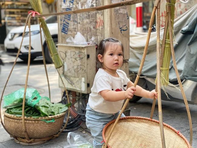 Bé Myla được mẹ Hà Anh đưa ra Hà Nội thăm quê ngoại, hội chị em phát sốt vì bên ngoài Myla còn dễ thương hơn trên MXH - Ảnh 2.