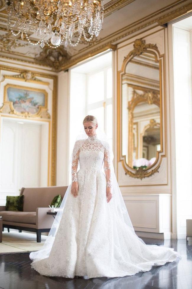 Sự cố váy cưới của Đông Nhi chưa là gì với pha diện váy tiền tỉ mà kẹt cả vào bánh xe ô tô, hay có người còn cháy váy cưới: Cô dâu cần hết sức cẩn thận  - Ảnh 5.