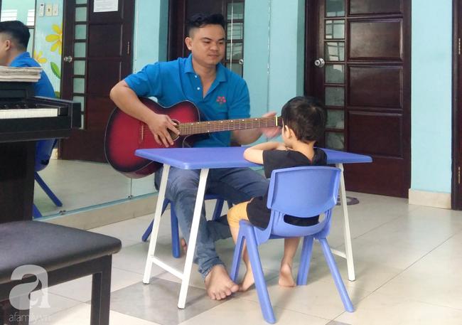 Trải lòng của vợ chồng bác sĩ có con bị tăng động: Giáo viên dạy chuyên biệt là những người vất vả, yêu nghề - Ảnh 2.