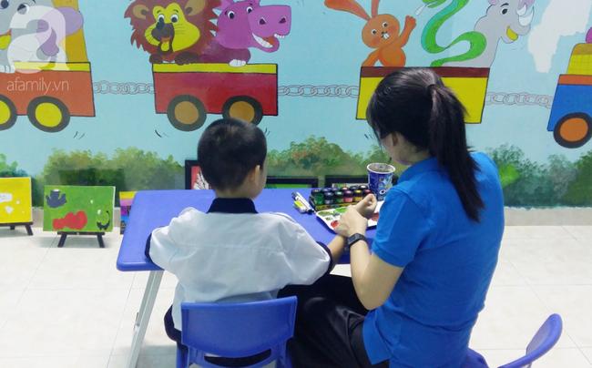 Trải lòng của vợ chồng bác sĩ có con bị tăng động: Giáo viên dạy chuyên biệt là những người vất vả, yêu nghề - Ảnh 1.