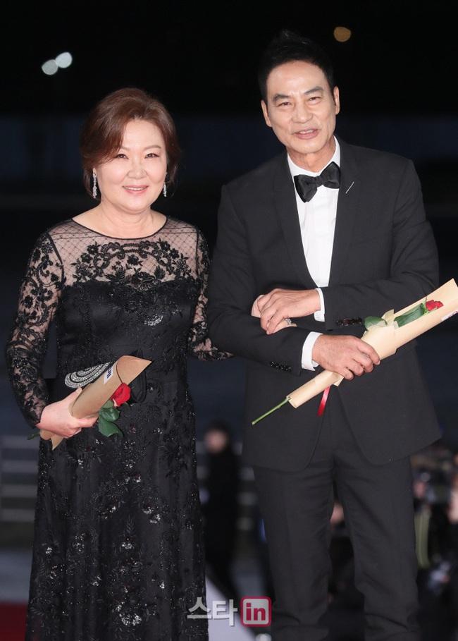 """Thảm đỏ nóng nhất Kbiz hôm nay: Mỹ nhân """"18+"""" Jeon Do Yeon đọ sắc cùng """"chị đại xứ Hàn"""" Kim Hye Soo, dàn sao """"Ký Sinh Trùng"""" đổ bộ - Ảnh 15."""