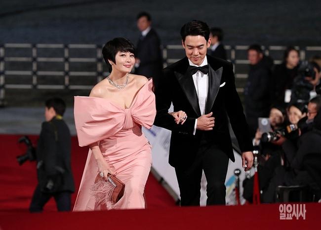 """Thảm đỏ nóng nhất Kbiz hôm nay: Mỹ nhân """"18+"""" Jeon Do Yeon đọ sắc cùng """"chị đại xứ Hàn"""" Kim Hye Soo, dàn sao """"Ký Sinh Trùng"""" đổ bộ - Ảnh 5."""