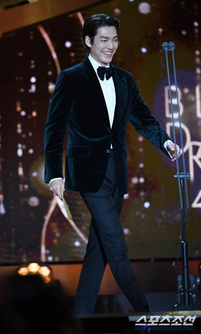 """Kim Woo Bin trở lại sau hơn 2 năm điều trị bệnh ung thư, fan bật khóc khi được nghe câu nói này từ """"Người thừa kế"""" - Ảnh 2."""