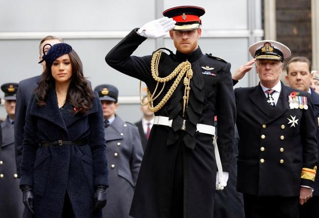 """Meghan Markle """"đánh tiếng"""" với dư luận về việc cảm thấy hối hận khi đã kết hôn với Hoàng tử Harry, sự chia cách không còn xa - Ảnh 1."""