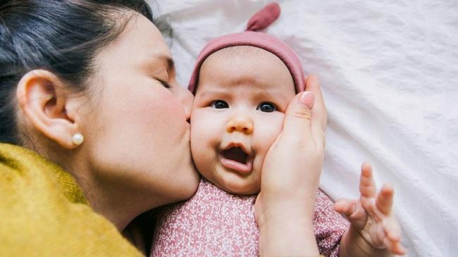 Thực hư thông báo khẩn về virus RSV lây lan bệnh nguy hiểm qua đường hôn trẻ - Ảnh 2.