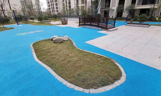 Trung Quốc: Đổ tiền mua chung cư cao cấp, được ngay bể bơi bằng nhựa - Ảnh 3.