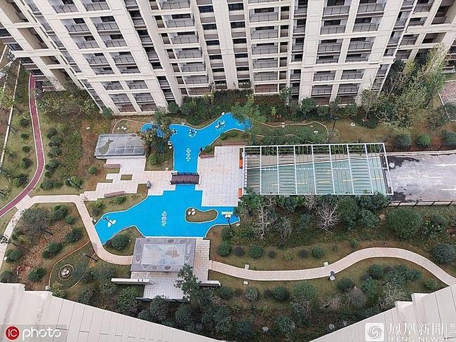 Trung Quốc: Đổ tiền mua chung cư cao cấp, được ngay bể bơi bằng nhựa - Ảnh 1.