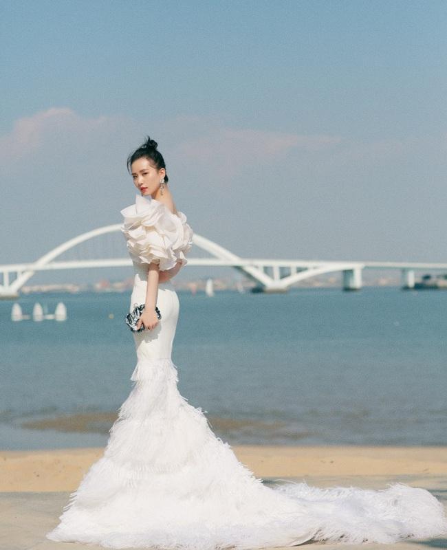 """Giữa dàn mỹ nhân lộng lẫy tại Kim Kê Bách Hoa 2019, Lưu Thi Thi lại là nhân vật """"gây bão"""" vì nhan sắc của """"gái một con"""" - Ảnh 5."""