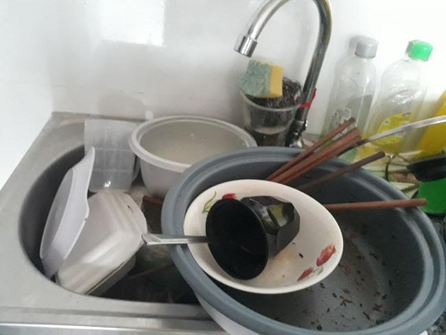 Lại xuất hiện những hình ảnh ở bẩn bất chấp khiến dân mạng lắc đầu chán ngán: Nhà cửa không quét, bát đĩa bốc mùi - Ảnh 7.