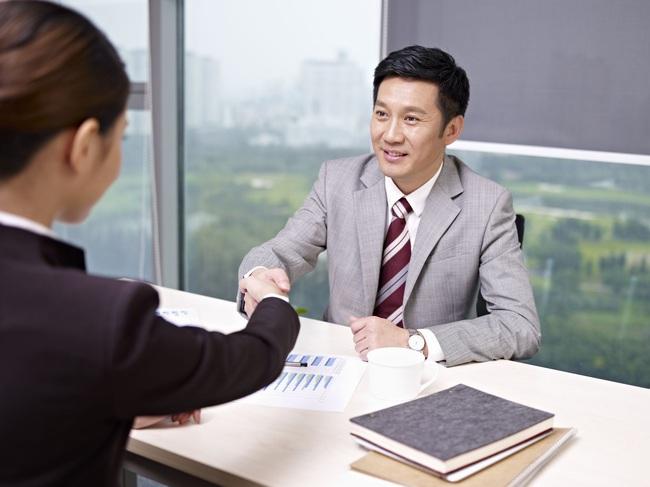 Sau khi nhìn chiếc áo của ứng viên, trưởng phòng nhân sự lập tức đồng ý tuyển dụng, hé lộ bí mật 10 năm trước đầy ám ảnh! - Ảnh 2.