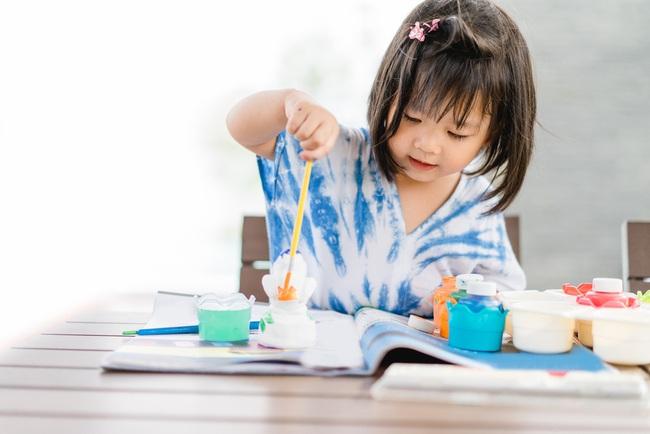 Để mặc con gái 5 tuổi làm bài tập vẽ về nhà, mẹ quay lại kiểm tra thì dở khóc dở cười: Gà con hay đậu phộng? - Ảnh 1.