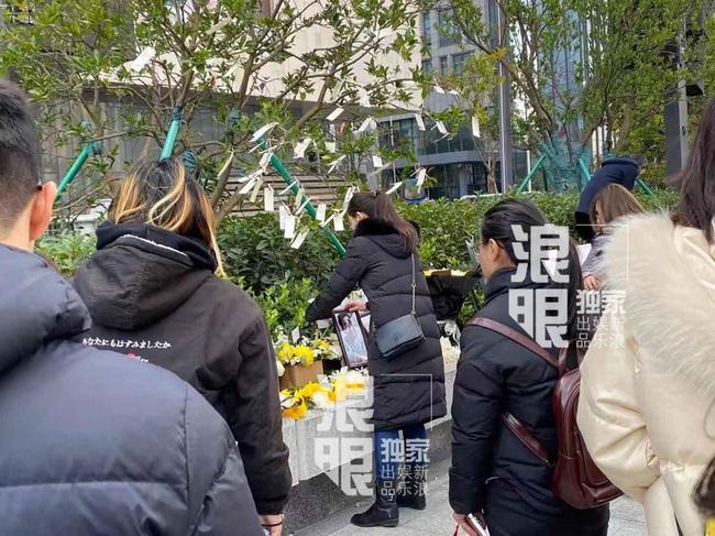 Đông đảo người hâm mộ gửi hoa và lời nhắn trong lễ tưởng niệm Cao Dĩ Tường tại chính hiện trường nơi xảy ra vụ tai nạn - Ảnh 3.