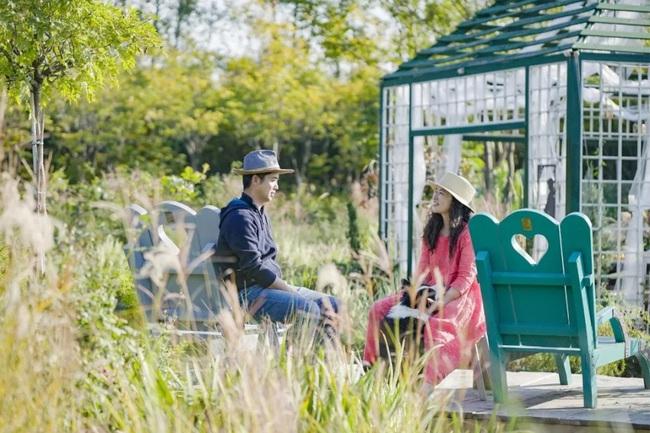 Cặp vợ chồng trẻ dành 5 năm để biến khu đất hoang rộng 6000m2 thành thiên đường của cỏ cây, hoa lá - Ảnh 1.