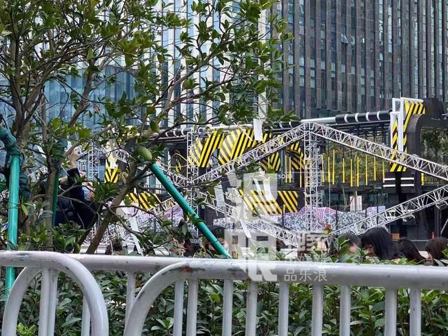 Đông đảo người hâm mộ gửi hoa và lời nhắn trong lễ tưởng niệm Cao Dĩ Tường tại chính hiện trường nơi xảy ra vụ tai nạn - Ảnh 5.