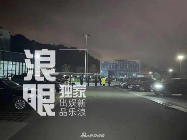 Thi thể Cao Dĩ Tường chính thức rời khỏi nhà tang lễ Ninh Ba trong đêm, cha nam diễn viên tiều tụy và thất thần - Ảnh 3.
