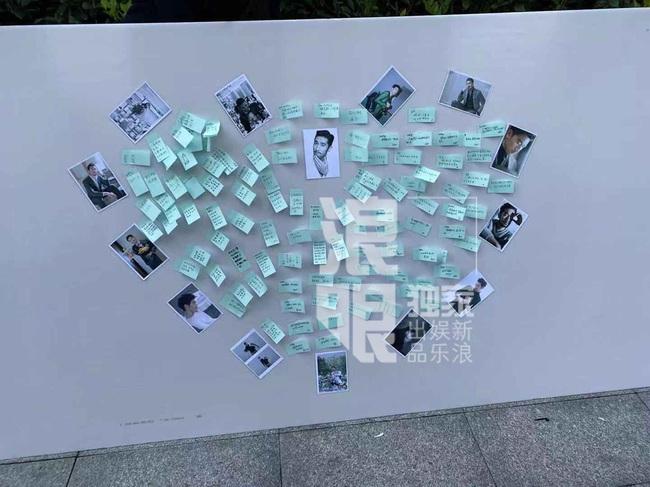 Đông đảo người hâm mộ gửi hoa và lời nhắn trong lễ tưởng niệm Cao Dĩ Tường tại chính hiện trường nơi xảy ra vụ tai nạn - Ảnh 6.