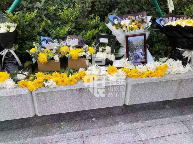 Đông đảo người hâm mộ gửi hoa và lời nhắn trong lễ tưởng niệm Cao Dĩ Tường tại chính hiện trường nơi xảy ra vụ tai nạn - Ảnh 9.